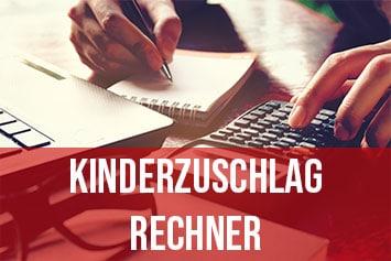Kinderzuschlag Berechnung - Frau am Computer mit Taschenrechner und Notizblock